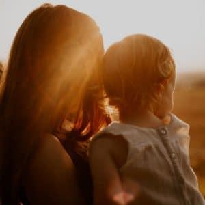 Alleinerziehend und Pflegekraft - Wie der Spagat zwischen Job, Haushalt und Kind zu schaffen ist.