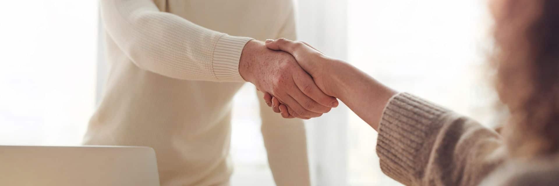 Symbolbild: Händeschütteln beim Vorstellungsgespräch