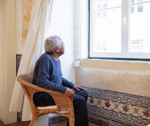 Symbolbild - älterer Mann sieht aus dem Fenster