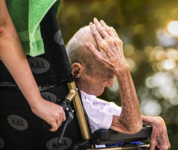Symbolbild Suizid bei Pflegebedürftigen: Alter Mann im Rollstuhl