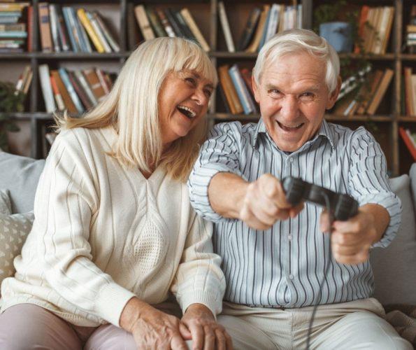 Rentnerpaar spielt Videospiele