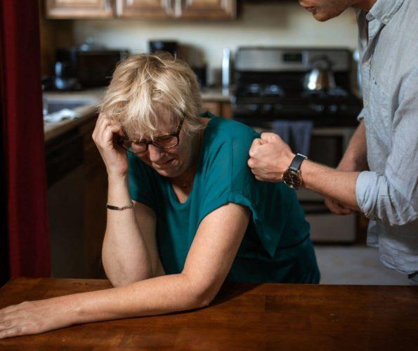 Symbolbild Gewalt in der Pflege